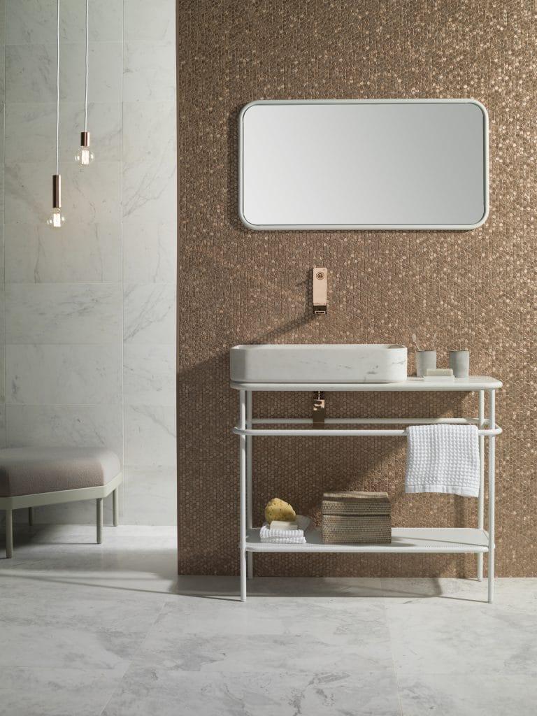 Bílý mramor v koupelně, mozaika růžové zlato, mramorové umyvadlo na bílé konzoli, bílé zrcadlo