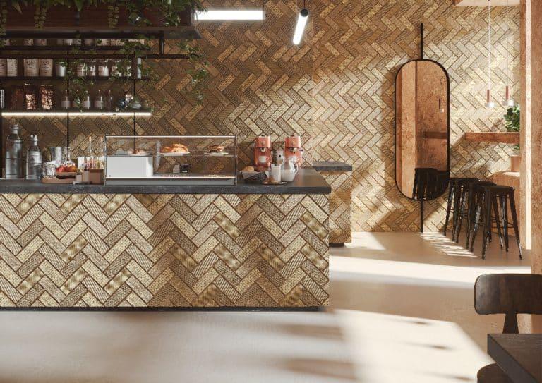 Kavárna s pultem se zlatým obkladem, černá pracovní deska, černé barové židle, černé zrcadlo, dřevěný interiér