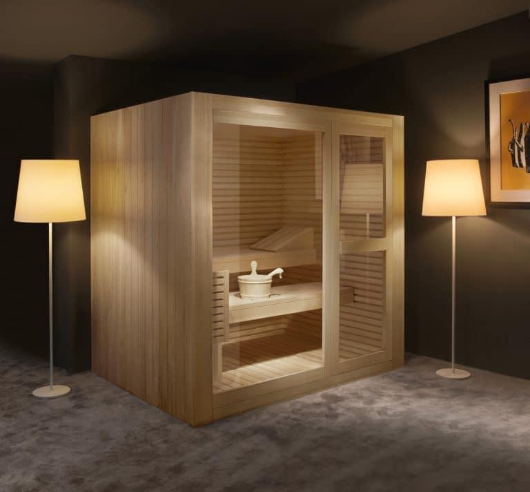 Dřevěná sauna doma, lampy, obraz, šedá dlažba