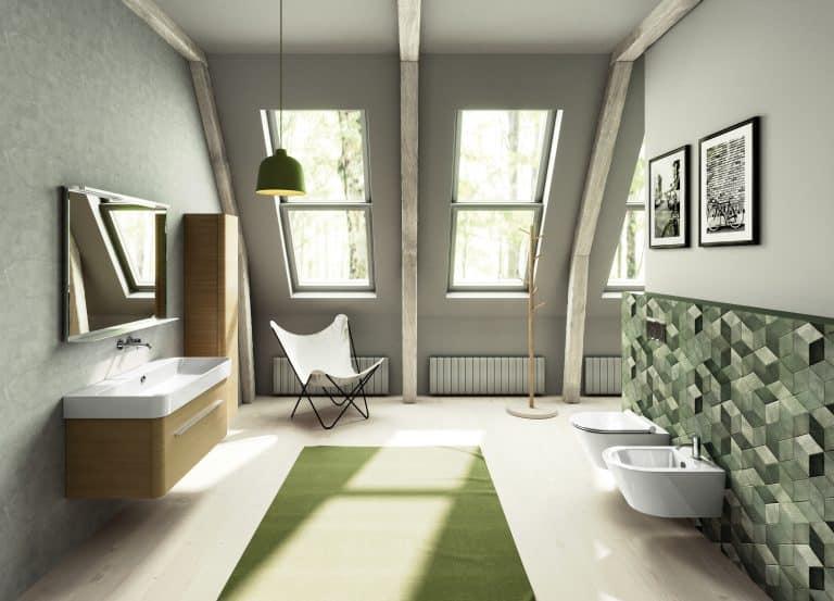 Koupelna v podkroví s dřevěnými trámy, retro barevný obklad na zdi, betonová stěrka, zelený koberec, závěsné wc a bidet, nábytek ze světlého dřeva