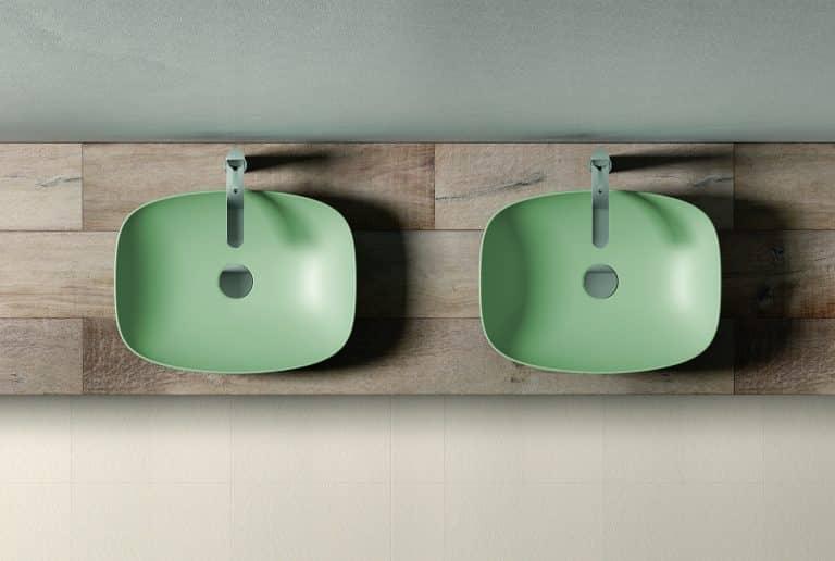 Dvě zelená umyvadla na dřevěné desce