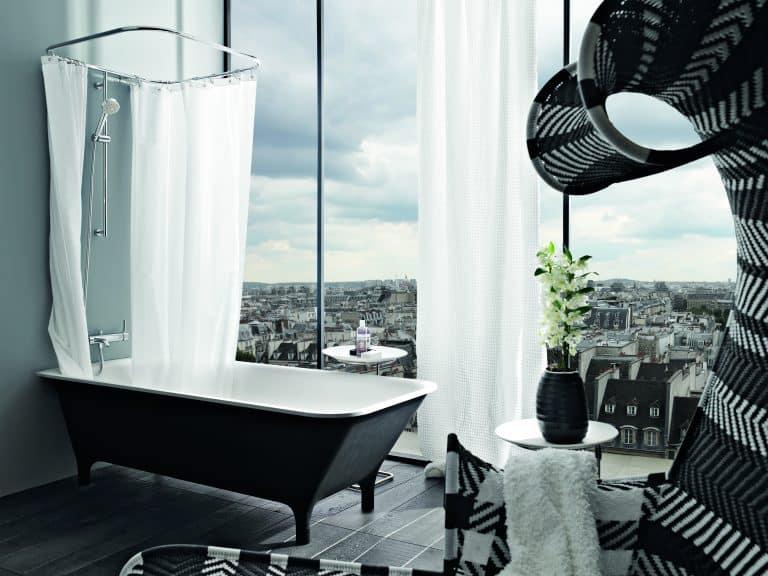 výhled na město, černá vana do prostoru, sprchový závěs, květina v koupelně, křeslo