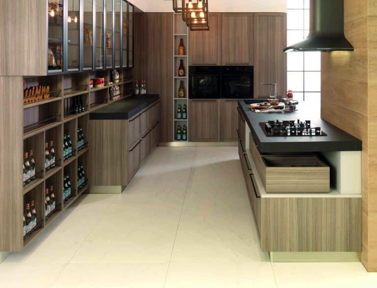 kuchyňská linka s otevřenými policemi, černá pracovní deska, vinotéka