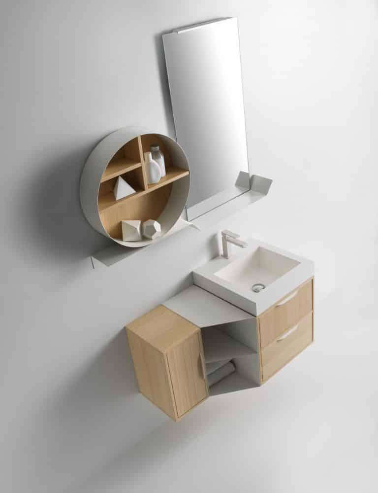 světlá koupelna, dřevěná skříňka pod umyvadlo s bílým umyvadlem a baterií, zrcadlo s odkládací plochou a kulatou poličkou