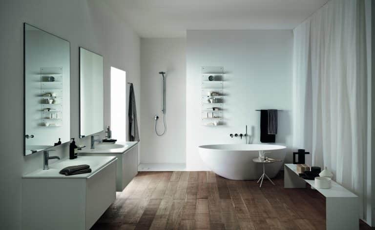 bílá koupelna s dřevěnou podlahou, vana na postavení, dvě umyvadla se skříňkami, odkládací lavice
