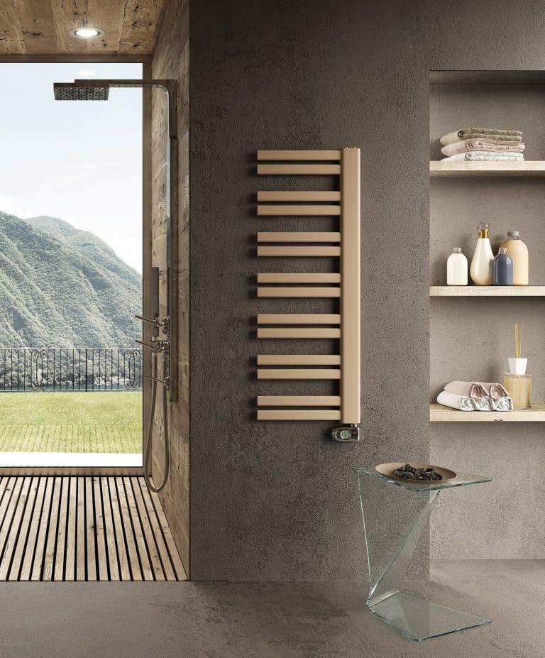 Tmavá koupelna , sprchový kout s dřevěným roštem a dřevěným obkladem, zlatý radiátor