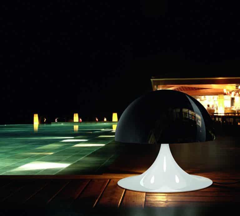 Venkovní bazén obložený dřevem, černobílý reproduktor Big Bang