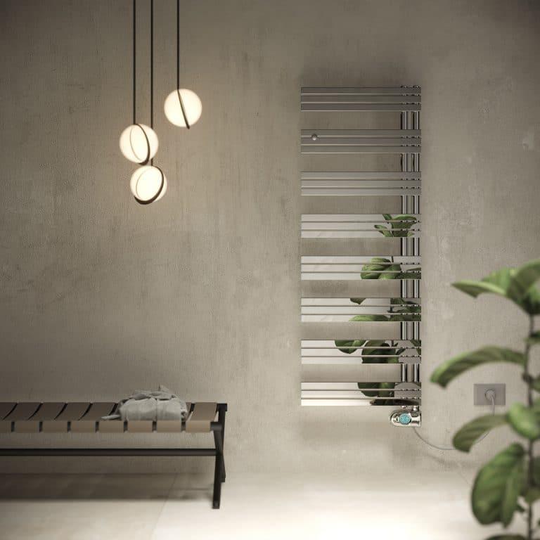 Betonová stěrka na zdi, lesklý chromový designový radiátor, závěsné svítidlo