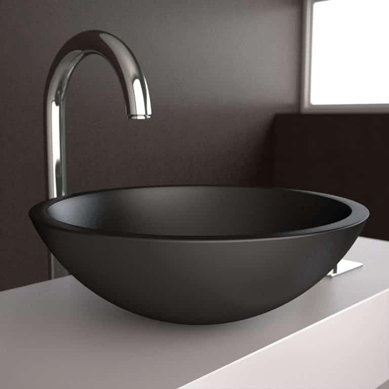 Černé matné kruhové umyvadlo na šedé desce, chromová baterie, černá zeď