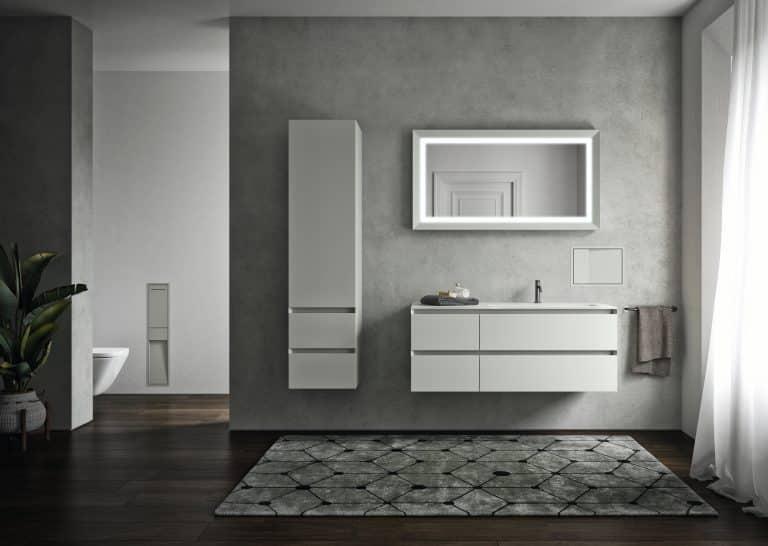 Koupelna s betonovou stěrkou, tmavě hnědá dlažba s imitací dřeva, šedý koberec, bílá skříňky s umyvadlem