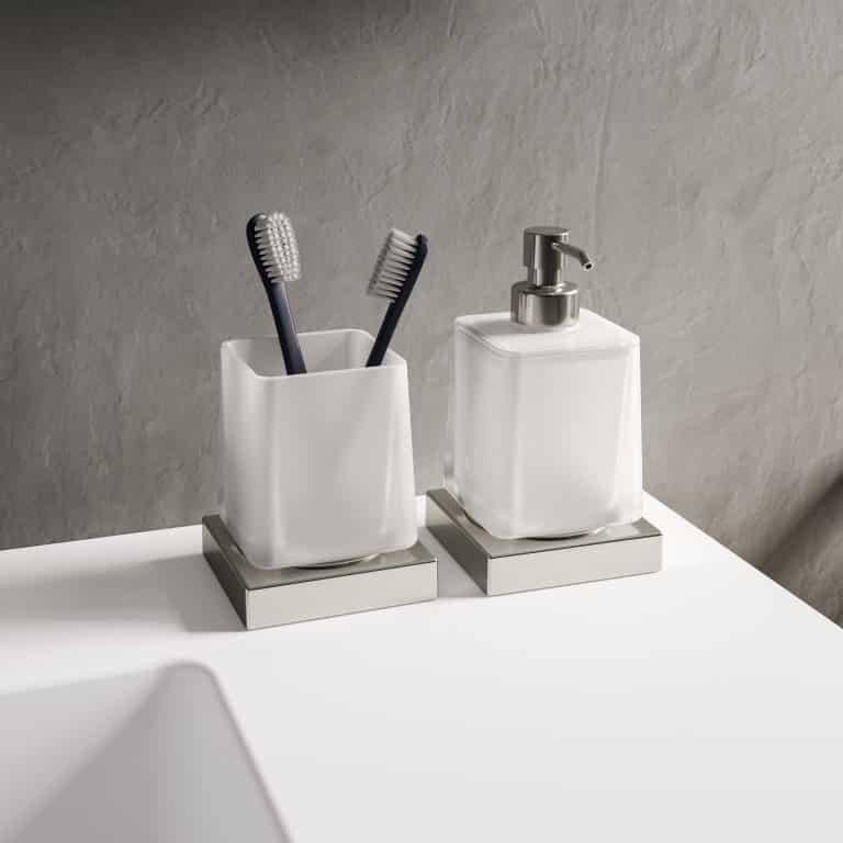 Bílé koupelnové doplňky na postavení