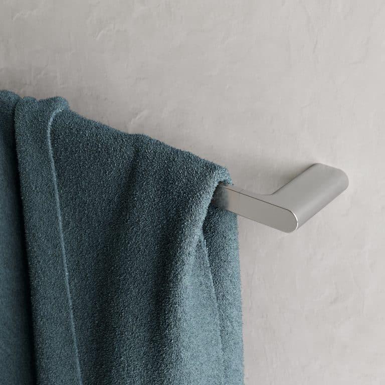Chromový držák na ručník s modrým ručníkem