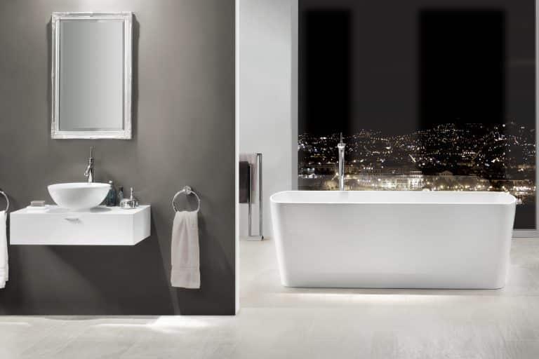 Vana do prostoru v koupelně s výhledem na město