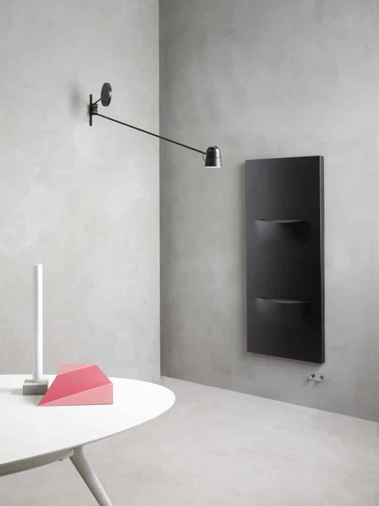 Betonový stěrka, bílý stůl, designový černý radiátor cut
