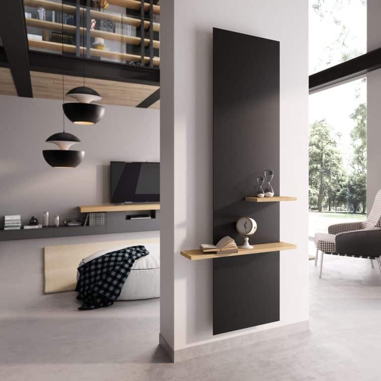 Moderní šedý obývací pokoj, televize, černé lustry, černá radiátor s dřevěnými poličkami