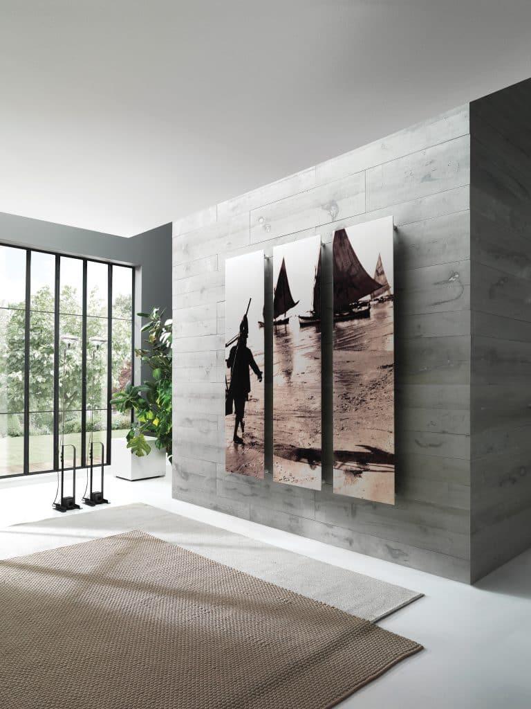 moderní interiér s dřevěným šedám obkladem, šedý koberec, radiátor s vlastním motivem