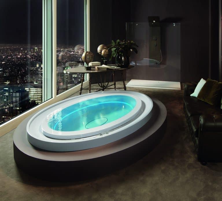 Vířivka do interiéru s přelivnou hranou, jacuzzi v obývacím pokoji, černá kožená sedačka, výhled na město