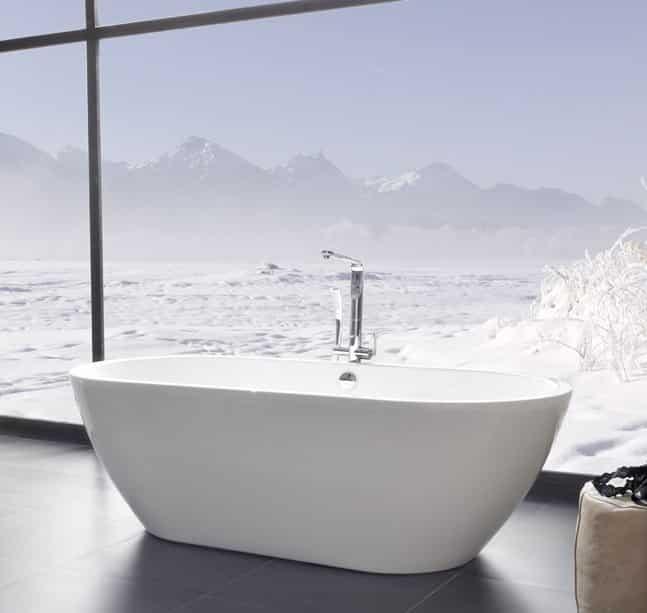 Vana do prostoru v koupelně s výhledem na zasněžené hory