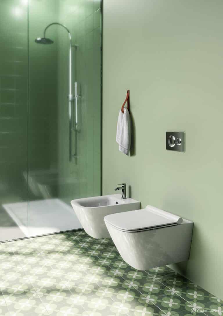 Závěsné wc a bidet na zelené zdi, sprchový kout a retro dlažba