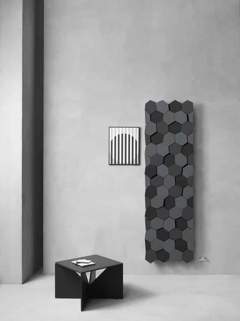Betonová stěrka v koupelně, designový radiátor s hexagony, černý stolek