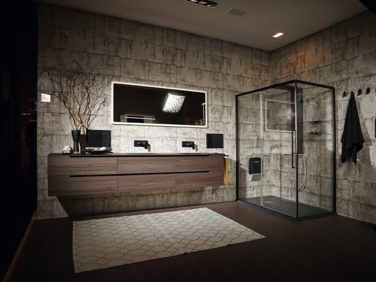 Tmavá koupelna s velkým sprchovým koutem, dřevěný nábytek, černé baterie, tmavě hnědá dlažba