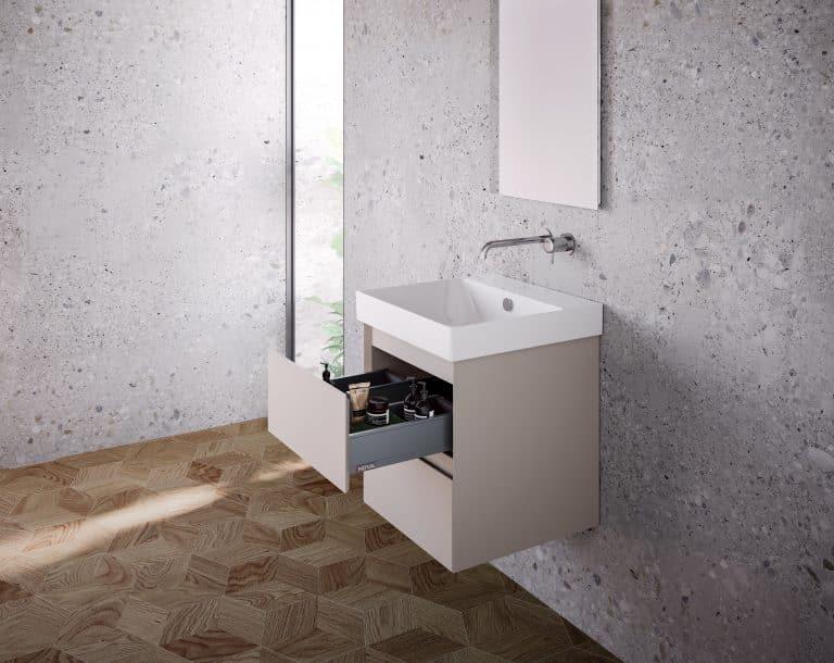 Koupelna s obkladem s imitací betonu, dřevěná podlaha, otevřená béžová umyvadlová skříňka se zásuvkami