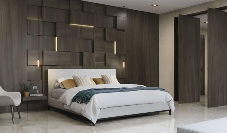 Ložnice s bílou manželskou postelí, obklad s imitací dřeva a světlá mramorová velkoformátová dlažba