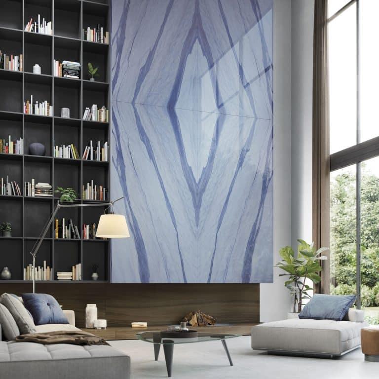 Modrý velkoformátový obklad Macauba blue v kombinaci s dlažbou bottega acero od Porcelanosa Grupo