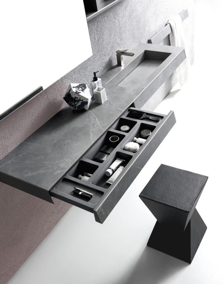 černá koupelna, černé mramorové umyvadlo se skříňkou s šuplíkem, černá stolička