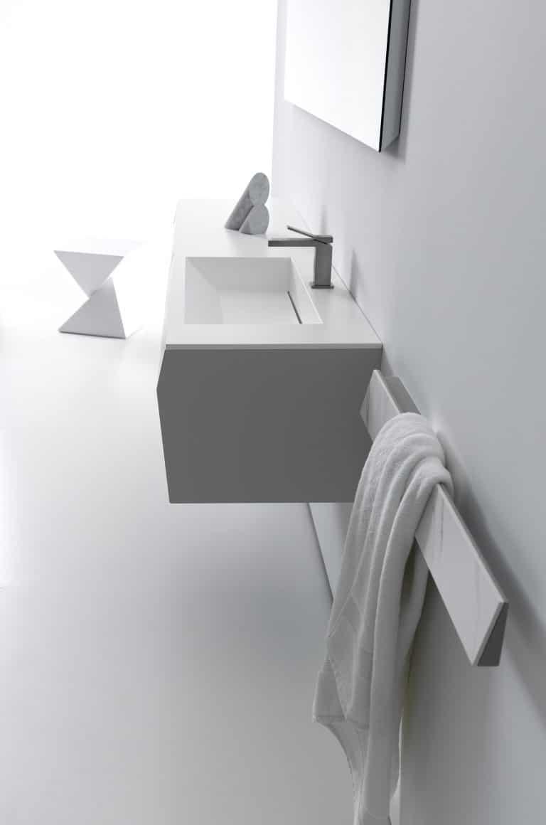 bílá koupelna, bílá skřínka, bílá stolička, mramorové umyvadlo, mramorový držák na ručník