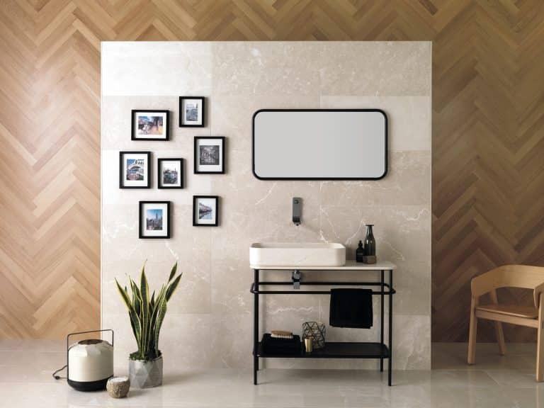 Koupelna v teplých barvách s mramorem a dřevěným obkladem.
