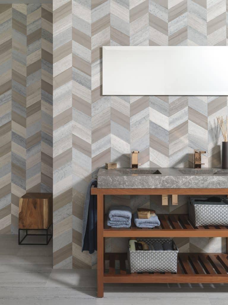 barevná mozaika na zdi a kamenné dvojumyvadlo na dřevěném nábytku