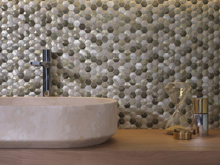 mozaika hexagony a kamenné umyvadlo na desce