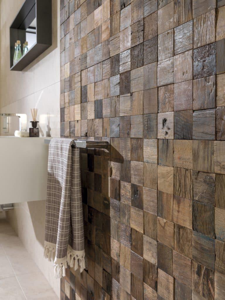 dřevěná mosaika na zdi v koupelně