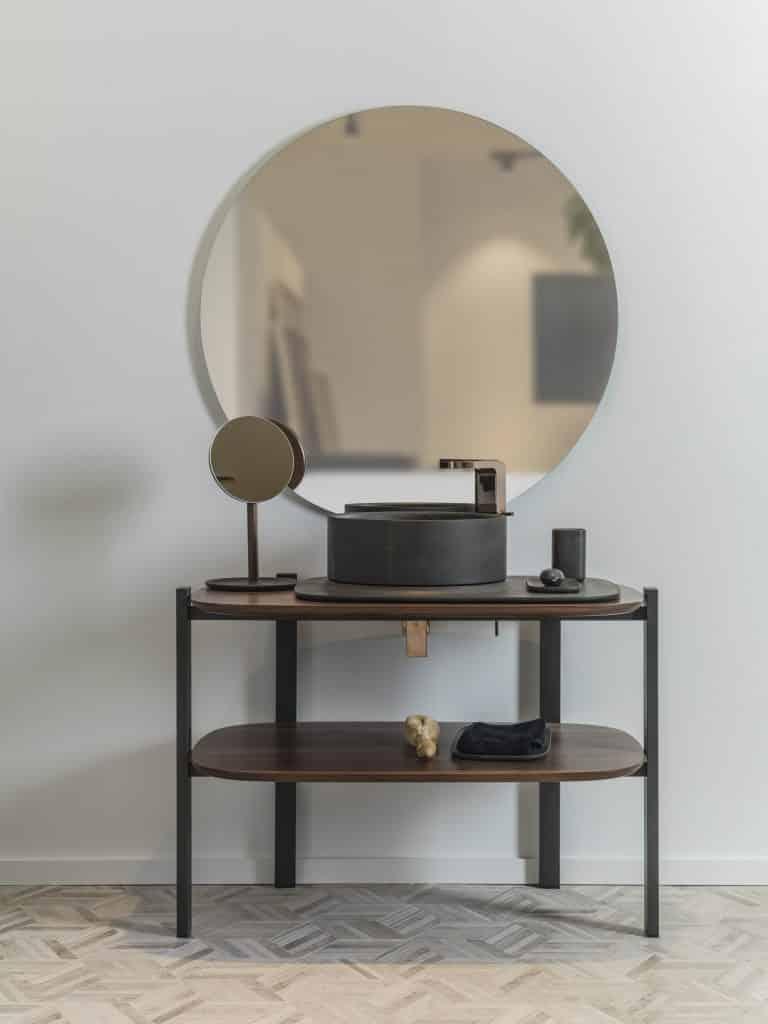Umyvadlová skříňka s kulatým kamenným umyvadlem a zrcadlem