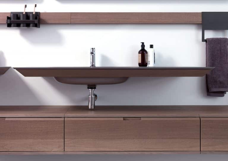 dřevěný nábytek do koupelny, dřevěná deska pod umyvadlo se zapuštěným umyvadlem
