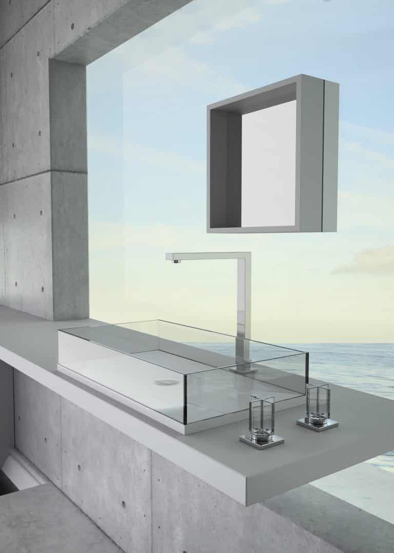 Průhledné skleněné umyvadlo na betonové desce, zrcadlo, výhled na moře