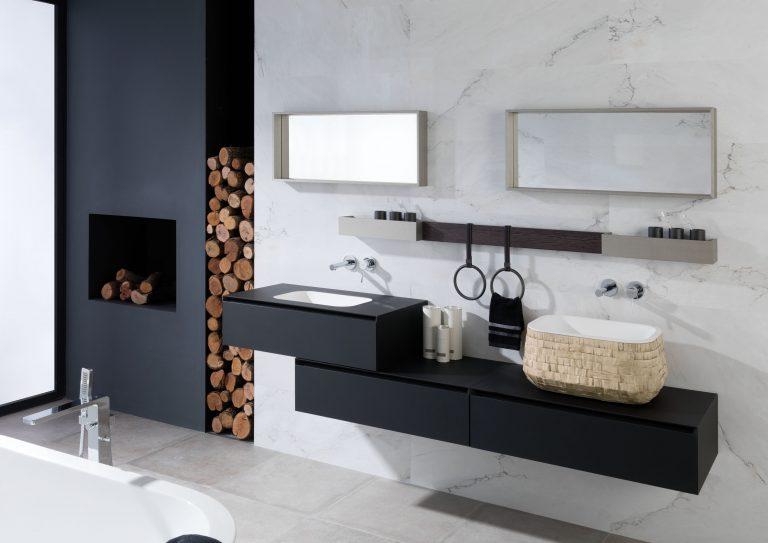 Mramorová koupelna s krbem, černé skříňky pod umyvadlo, zásobník na dřevo, černý krb