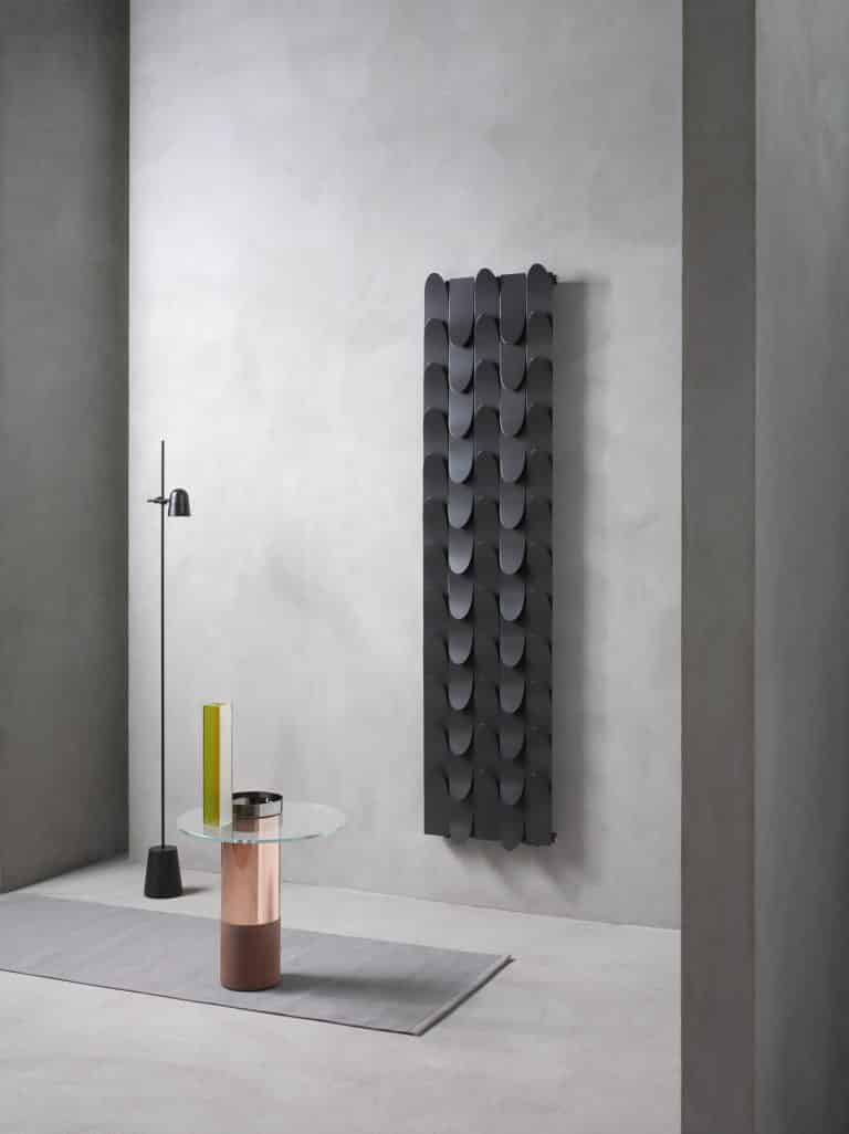 Designový černý radiátor Skin, skleněný kulatý odkládací stolek