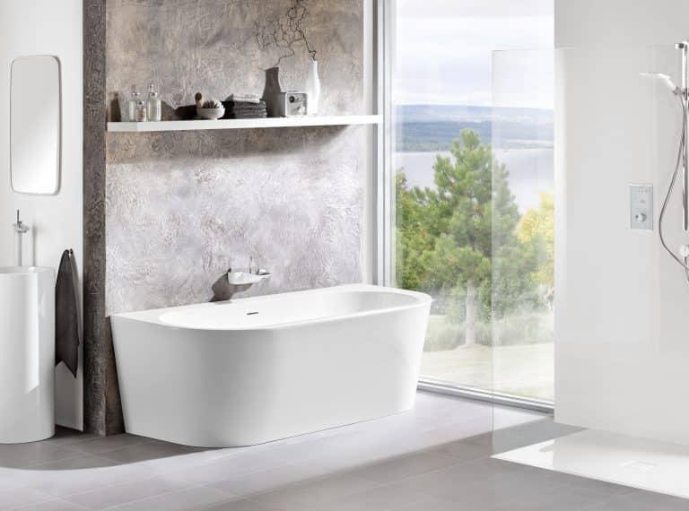 Koupelna s výhledem na jezero, benátský štuk na zdi, vana do prostoru Wall