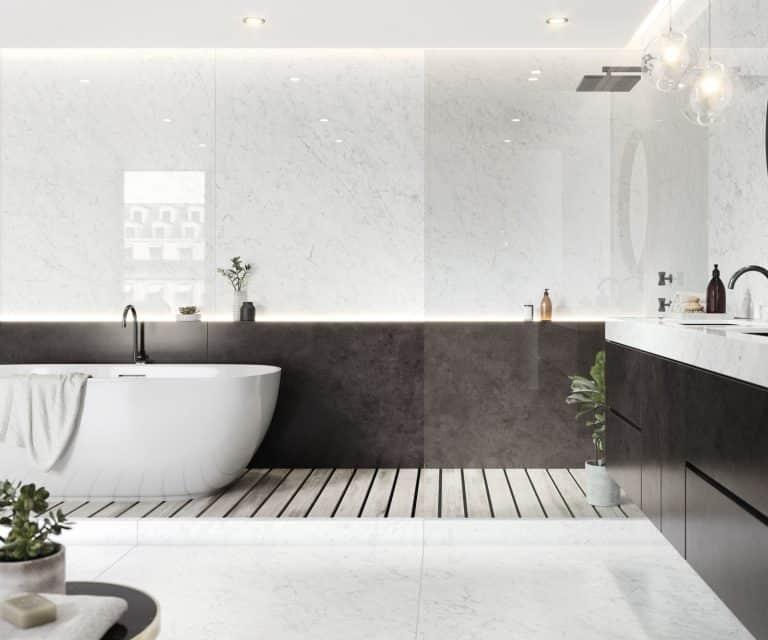 Koupelna s vanou do prostoru, bílým a černým mramorovým obkladem