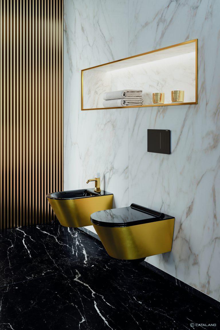 Koupelna z mramoru, černý mramor na podlaze, zlaté wc a bidet, černé sedátko