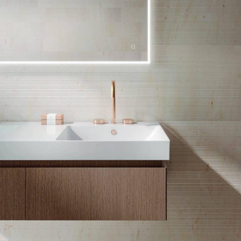 Dřevěná umyvadlová skříňka se zásuvkou, zlatá baterie na umyvadle, zrcadlo