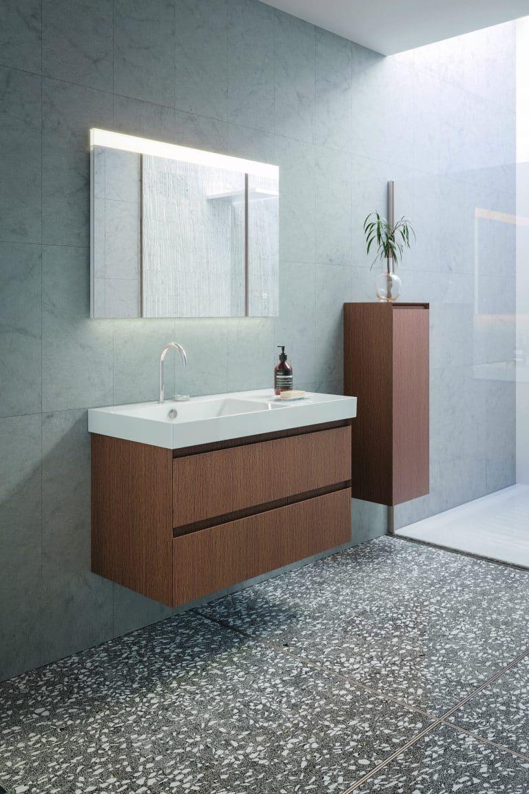 Koupelna s dřevěnou skříňkou pod umyvadlem, zrcadlo a sprchová zástěna