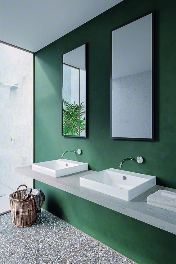 Zelená koupelna, umyvadla na desce z kamene, koš na prádlo