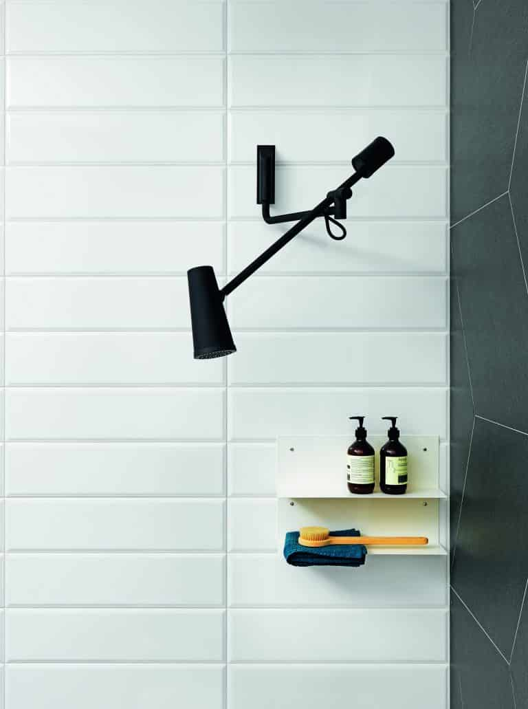 Designová černá hlavová sprcha, sprchový kout s bílým a černým obkladem