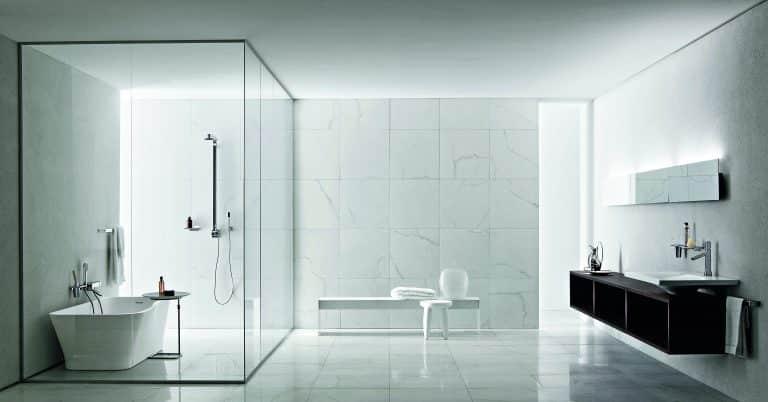 Koupelna z mramoru, vana do prostoru, černá skříňka pod umyvadlo, bílá odkládací lavice