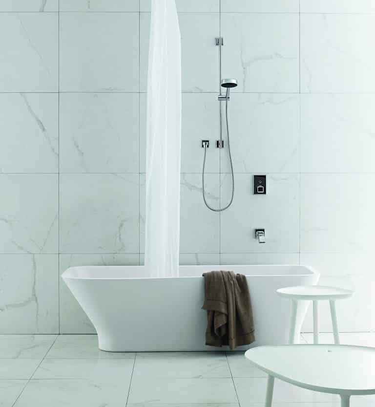 mramorová koupelna, vana do prostoru, sprchový závěs, bílá stolička