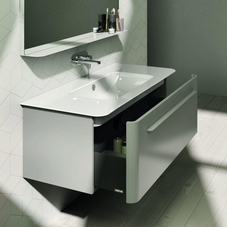 Bílá umyvadlová skříňka s jednou zásuvkou, madlem a umyvadlem, baterie na zdi, bílé parkety