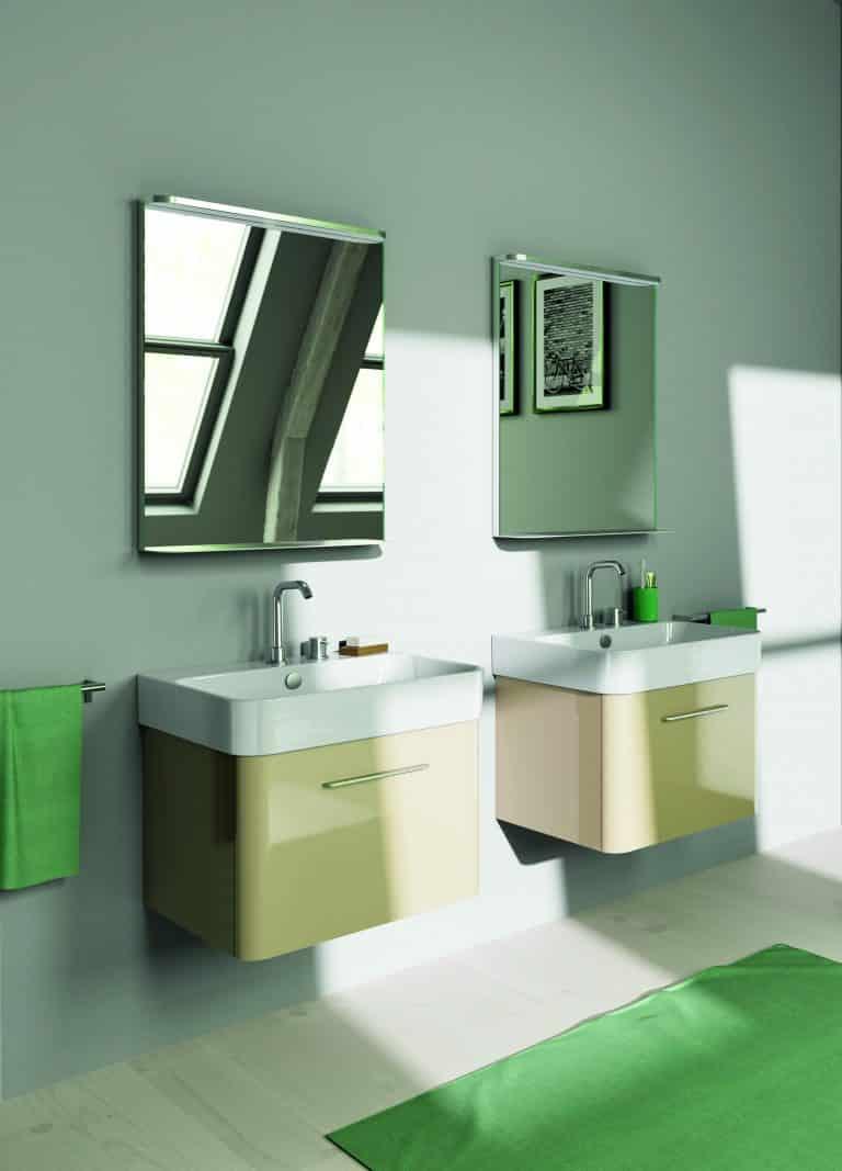 dvě béžové skříňky a umyvadla Green, zelený koberec